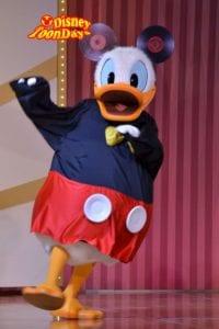 ミッキーマウスに扮するドナルドダック