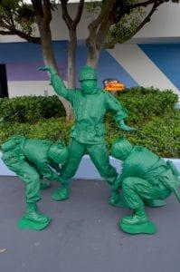 トゥモローランドでグリーティングをしているグリーンアーミーメン
