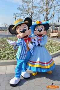 アメリカンウォーターフロントでグリーティングをしているミッキーとミニー