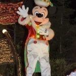 エレクトリカルパレードのクリスマスバージョンの衣装を着たミッキーマウス