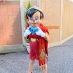 クリスマスの装いで遊ぶピノキオ@メディテレーニアンハーバー