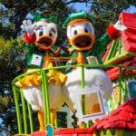 今年もクリスマスの準備だ!ディズニーサンタヴィレッジパレードのドナルド、デイジー、スクルージ