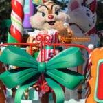 ディズニーサンタヴィレッジパレードに登場するスイーツ作りをするクラリス