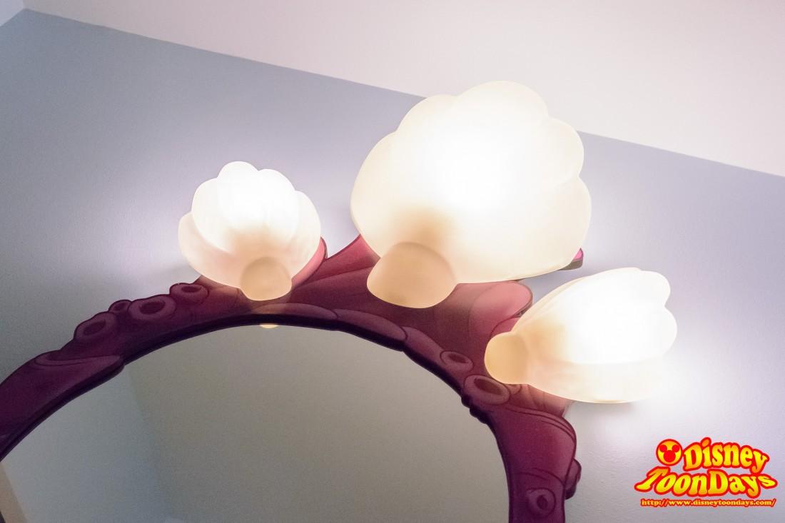 鏡には貝殻のランプ