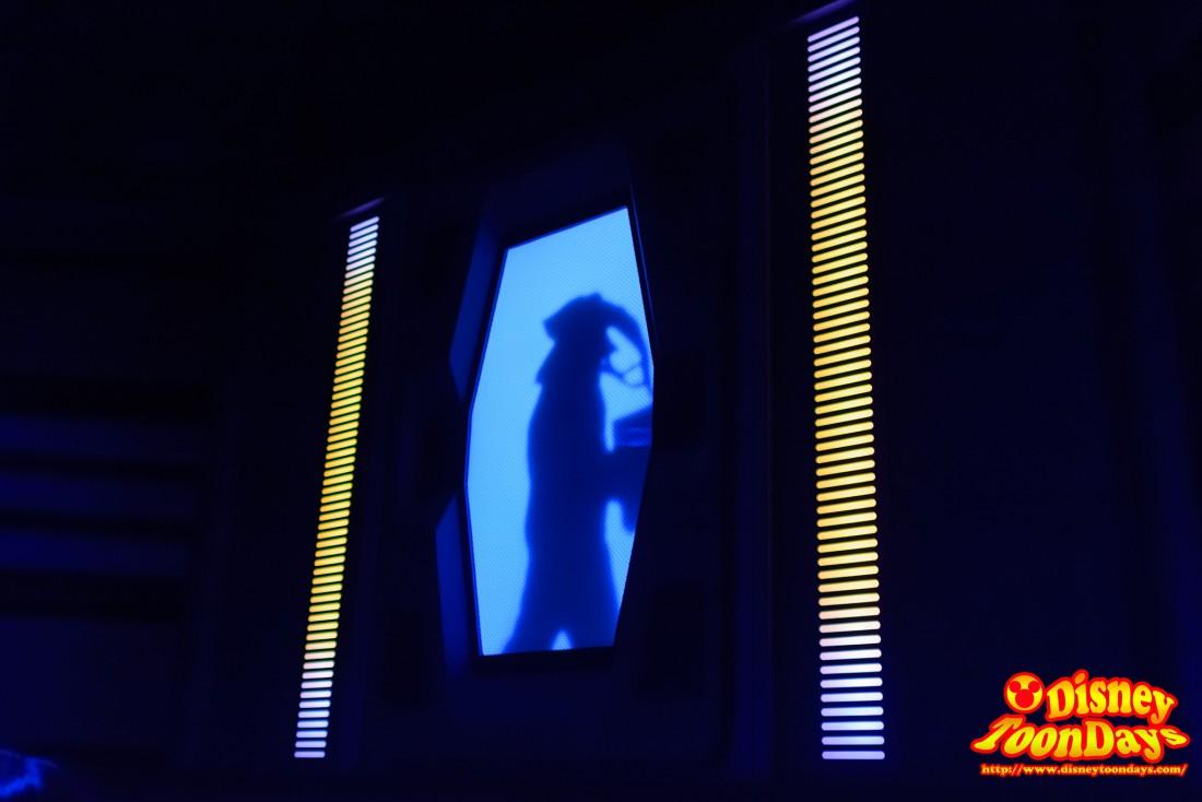 Qラインにある人影が見えるスクリーン