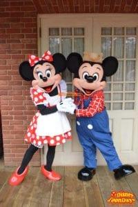 ウエスタンランドでグリーティングをしているミッキーとミニー