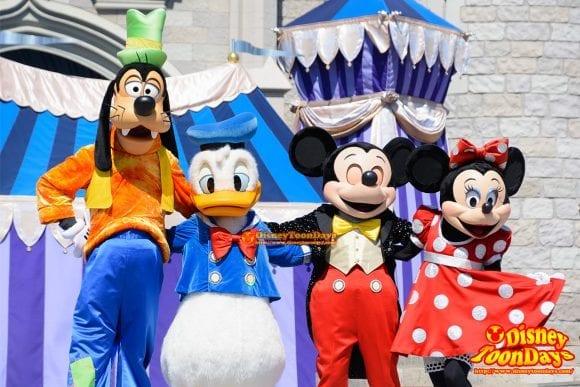 WDW マジックキングダム キャッスルフォアコートステージ ドリーム・アロング・ウィズ・ミッキー グーフィー ドナルドダック ミッキーマウス ミニーマウス