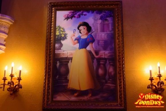 WDW マジックキングダム ファンタジーランド プリンセス・フェアリーテイル・ホール 絵画 白雪姫