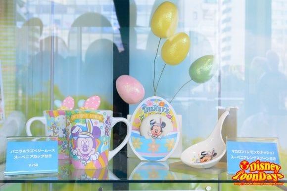 TDL ディズニー・イースター 2016 スペシャルメニュー バニラ&ラズベリームース、スーベニアカップ付き マカロン(レモンガナッシュ)スーベニアレンゲスプーン付き
