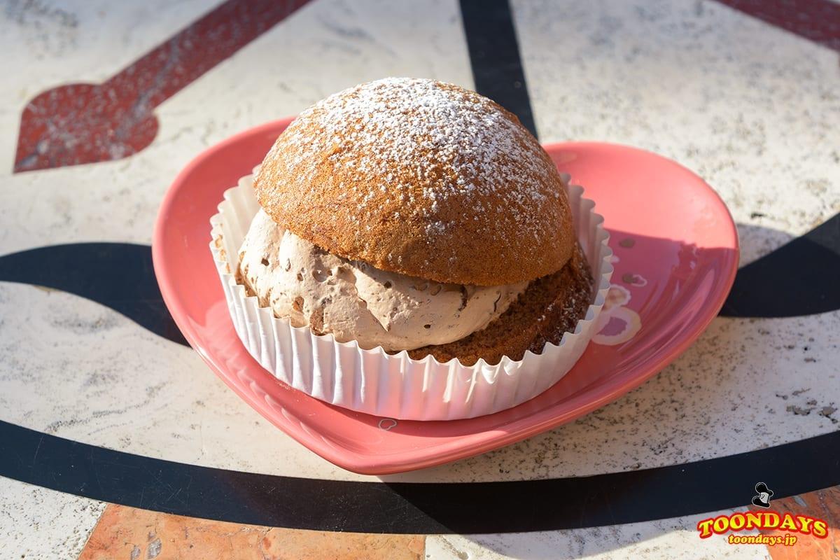 チョコレートクリームのパフケーキ、スーベニアプレート付き