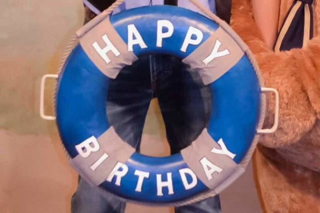 ハッピーバースデーの浮き輪