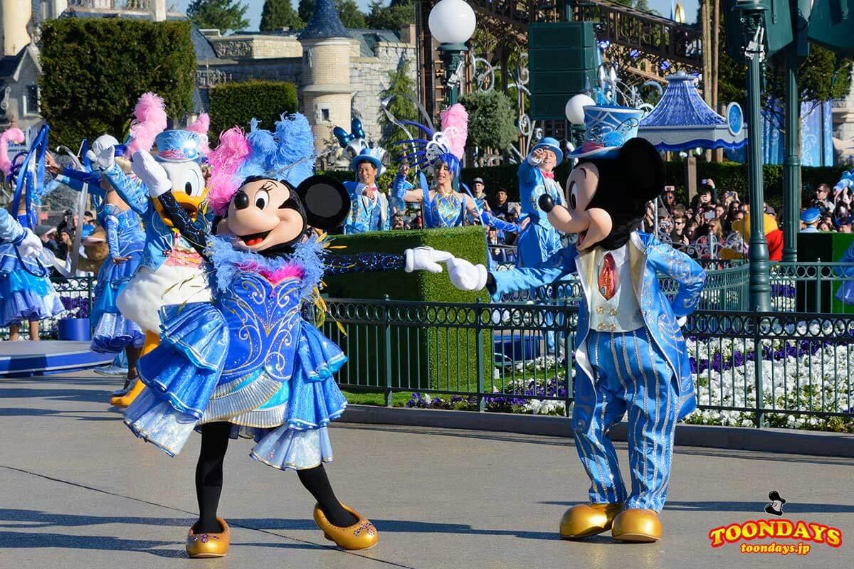 ディズニーランドパリ25周年1日限定のコスチュームをきたミッキーとミニー