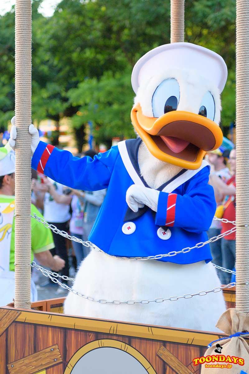 Dance Your DuckTales Paradeには特別衣装のドナルドダックも!