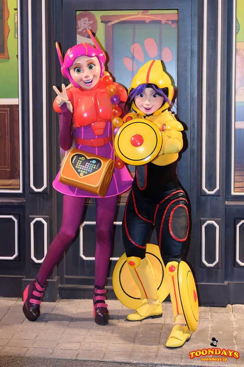 『ベイマックス』のヒーローコスチュームのゴーゴートマゴとハニーレモン