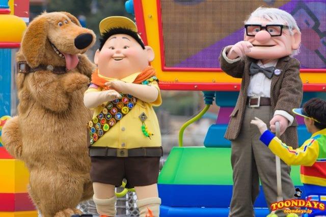 カールじいさんの空飛ぶ家のキャラクターが登場したショーパレ