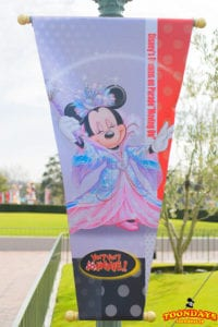 """ディズニー・ドリームス・オン・パレード""""ムービン・オン""""のミニーマウス バナー"""