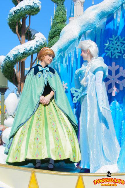 フェスティバル・オブ・ファンタジー・パレードのアナ(冬衣装の戴冠式コス)