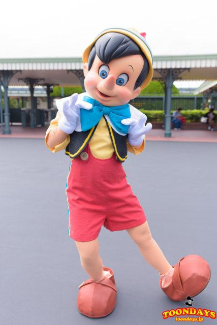 エントランスでフリーグリーティングを行うピノキオ