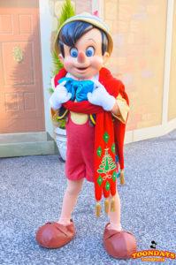 メディテレーニアンハーバーでフリーグリーティングをするピノキオ(クリスマス衣装)