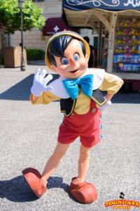 メディテレーニアンハーバーでフリーグリーティングをするピノキオ(通常衣装)