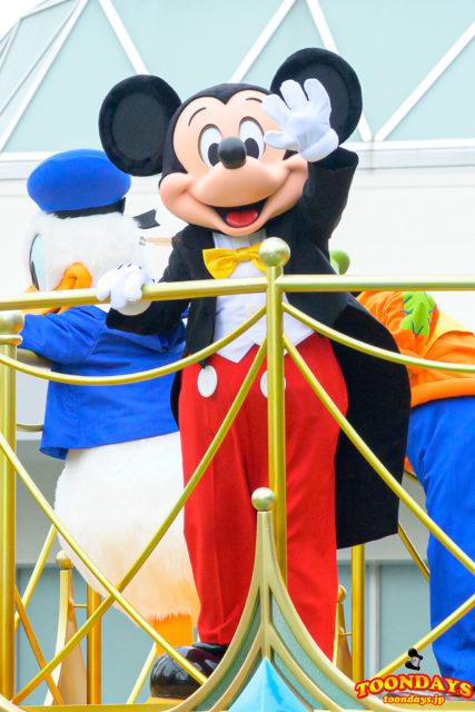 グリーティングパレードでご挨拶するミッキーマウス