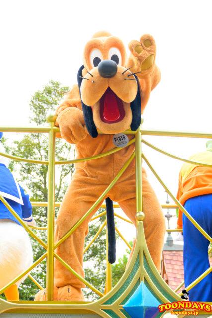グリーティングパレードでご挨拶するプルート