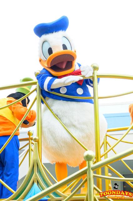 グリーティングパレードでご挨拶するドナルドダック