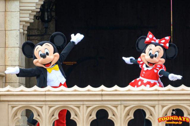 シンデレラ城前グリーティングに登場したミッキーマウスとミニーマウス