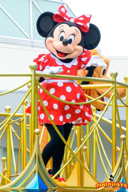 グリーティングパレードでご挨拶するミニーマウス